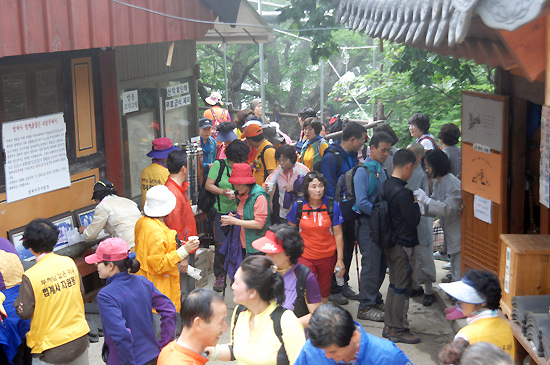 6월 10일 아침, 법계사로 들어서고 있는 사람들