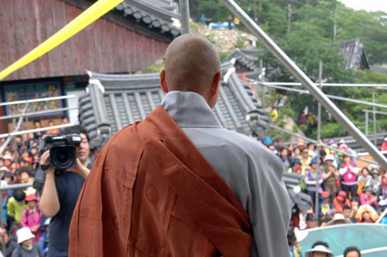 모여든 사람들에게 인사말을 하고 있는 관해 스님