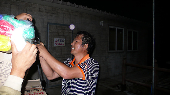 밤 12시가 넘어 50킬로 그램이 넘는 짐을 지고 올라온 도거사님. 흠뻑 젖은 땀을 보는 순간 가슴이 뭉클했습니다.
