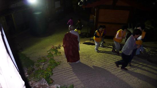 새벽 4시, 도량석을 돌고 있는 법진 스님
