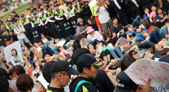 행진 방해 집회 보수단체, 종교단체 등에서 퀴어문화축제의 행진을 막기 위해 길에 누워 있다.