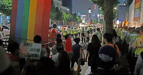 밤중에 시작된 행진 기나긴 대치 끝에 퀴어 퍼레이드는 밤중에 경찰의 안내를 받으며 이루어져야 했다.