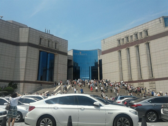 예배드리러 왔습니다 15일 12시께 문창극 국무총리 후보자가 다니는 양재 온누리 교회는 예배를 마치고 나온 교인들로 붐비고 있다.