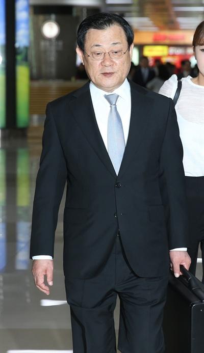이병기 국정원장 후보자가 15일 오후 서울 강서구 공항로 김포국제공항을 통해 귀국하고 있다.