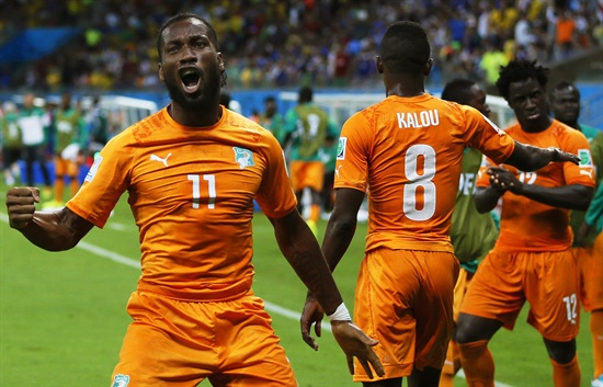 지난 6월 14일(현지시각) 브라질 헤시피의 페르남부쿠 경기장에서 열린 월드컵 조별리그 C조 1차전 코트디부아르와 일본과의 경기에서 디디에 드로그바가 코트디부아르의 골이 터지자 기뻐하고 있다.