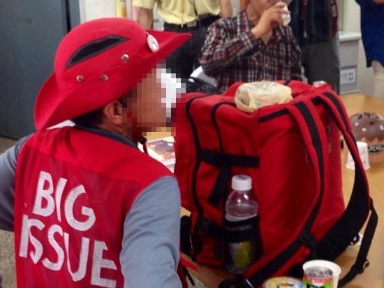 햄버거를 전달받은 빅이슈 판매원  청년 마니아문화와 기부문화의 콜라보레이션