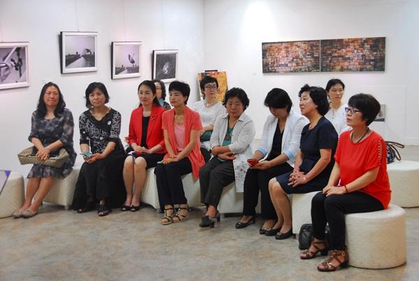시울림낭송회 회원들  영동시장 이층 갤러리 아라에서 열린 시낭송회에 모인 회원들