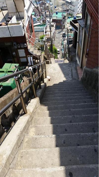 계단 길고 가파른 계단들이 산복도로 위 아래를 이어주고 있다.