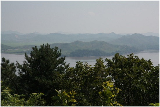 강화도 양사면의 산에 오르면 황해도가 이렇게 가깝게 보입니다.