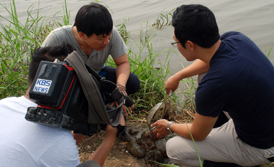 20일 KBS 방송사가 취재를 나온 가운데 김성중 대전충남녹색연합 간사가 큰빗이끼벌레에 대해서 설명하고 있다.