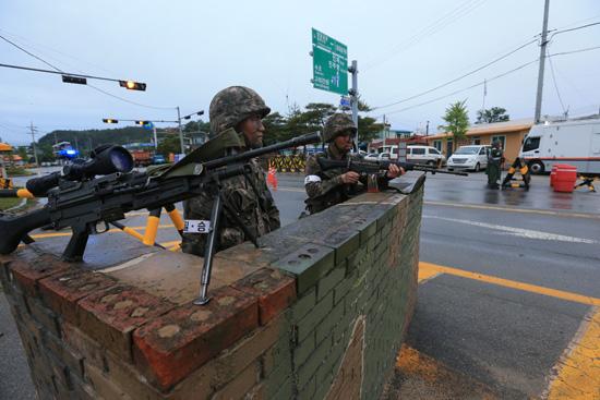 강화된 동해안 주요도로 검문검색 지난 21일 동부전선에서 발생한 총기난사 사건의 도주 사병을 검거하기 위한 검문검색이 강원 고성지역 국도에서 실시되고 있다.