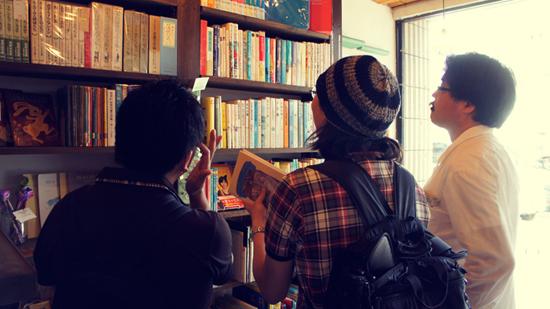 니와토리분코 깔끔하게 정리되어 있는 니와토리분코의 내부. 여기서 필자는 아서 래컴이 삽화를 그린 루이스 캐럴의 '이상한 나라의 앨리스' 책을 한 권 구입했다. 사진 왼쪽부터 통역을 맡은 제프리님, 필자, 오카자키씨.