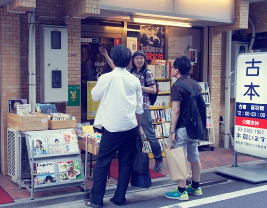 헌책방조합 인증 스티커 오토와칸 문 입구에는 이곳이 헌책방조합의 가맹점이라는 것을 뜻하는 스티커가 붙어 있다. 일본 헌책방조합은 패전 후 1947년에 새로 정비되었고 1996년부터는 인터넷 서비스도 하고있다. 현재 조합 가맹 점포는 2500개에 이른다.