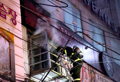 화재 현장에 진입해 불을 끄고 있는 소방관. <시사인천 자료사진>