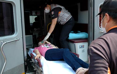 응급환자를 이송하고 있는 119 생활구조대원들. <시사인천 자료사진>
