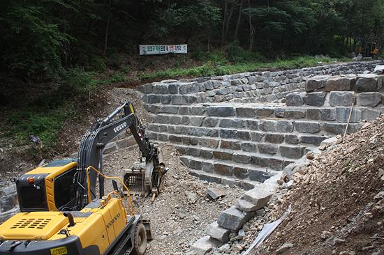 이끼 도롱뇽 서식처 공사 모습 대전시 서구청이 진행하고 있는 장태산 일대 이끼 도롱뇽 서식처 사방댐 공사 모습