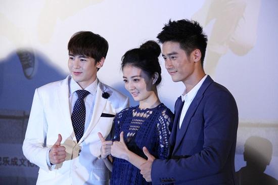 닉쿤이 드라마 주인공인 쉬루, 장진푸과 함께 사진을 찍고 있다.
