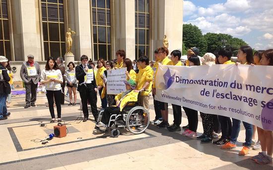 2014년 6월 25일, 파리 트로카 대로에서 다시 열린 위안부 수요집회에서 지지 발언 중인 브누아 켄더.