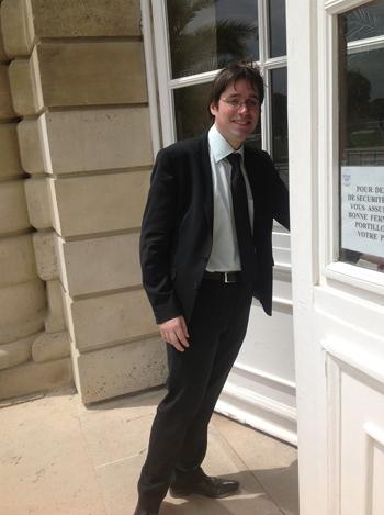 상원의회 사무실 건물로 들어가는 브누아 켄더.
