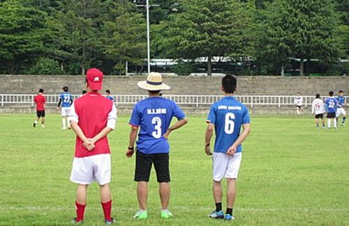 세남자 전국 베트남 유학생 축구대회에서 경기를 관람하고 있는 학생들