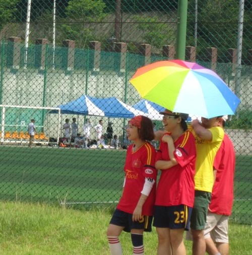 시간 가는줄 모르겠어요 전국 베트남 유학생 축구대회에서 경기를 즐기고 있는 학생들