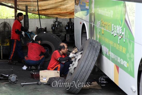 우진교통 정비사들이 차고지에서 분주히 버스를 정비하고 있다. 우진교통은 출범 당시 비정규직 직원들에게 주인의식을 심어주기 위해 모두 정규직으로 전환했다.
