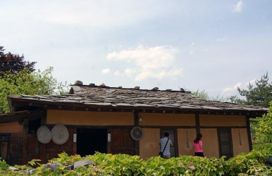 얇은 판석을 두께 2cm 정도 돌기와로 만들어 지붕을 올린 돌집.
