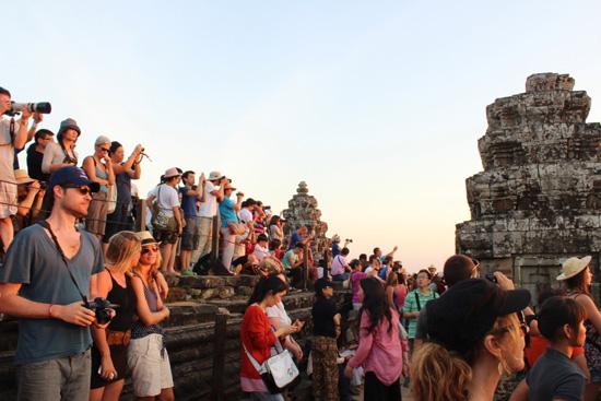 일몰을 감상하기 위해 프놈바켕에 오른 외국인 관광객들 안젤리나 졸리가 출연한 툼레이더 촬영장소에서 일몰을 감상하기 위해 모여든 외국인관광객들. 작년 한해동안 캄보디아를 찾은 외국인 관광객수는 약 480만명에 이른다고 캄보디아 관광부가 밝혔다.