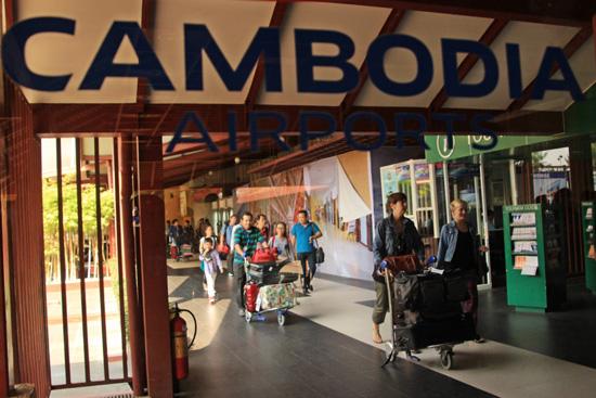 캄보디아를 찾는 외국인 관광객들 작년 한해 480만명의 외국인 관광객들이 캄보디아를 찾았다. 전체 순위로는 베트남, 중국에 이어 한국인이 42만여명으로 3위다. (포첸통 국제공항)