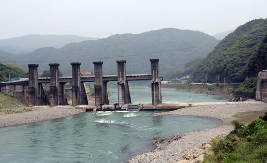 댐 기둥 3개가 철거된 아라세댐. 일본 최초의 댐 철거 현장으로 2017년 완전 철거 예정이다.