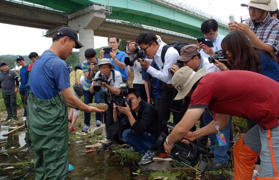 대구환경운동연합 정수근 국장이 큰빗이끼벌레를 건져 보이고 있다.