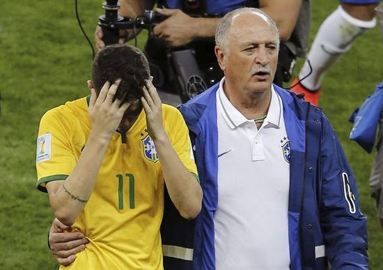 9일(한국 시각) 오전 브라질 월드컵 4강전에서 독일에 7-1로 완패한 브라질의 축구대표팀 스콜라리 감독이 실망해 머리를 감싸고 있는 오스카를 위로하고 있다.