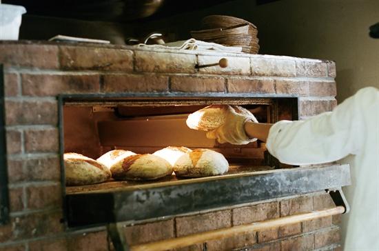 시골 빵집 '다루마리'에서 빵 굽는 모습