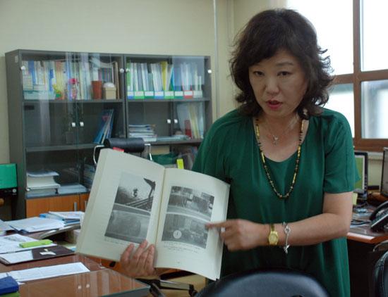 서지은 교수가 1995년 한국수자원공사가 발간한 댐·저수지 수중 생태계 변화에 관한 연구를 보여주고 있다.