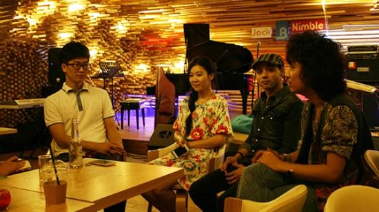 공연을 마친 루나와 시간여행자들이 인터뷰 질문에 답하고 있다.