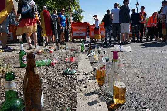 독일 축구 응원군중이 지나간 자리. 깨진 맥주병이 길가에 굴러다닌다.