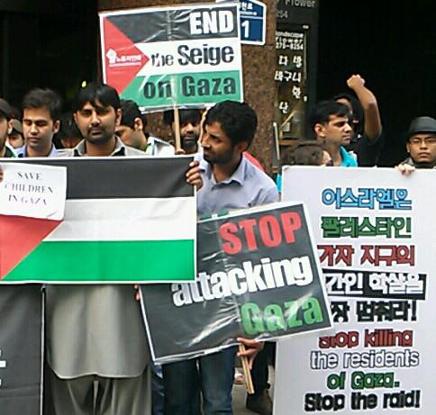 '이스라엘 학살 반대, 팔레스타인 평화!' 기자회견에 참가한 팔레스타인인들이 발언을 경청 중이다.