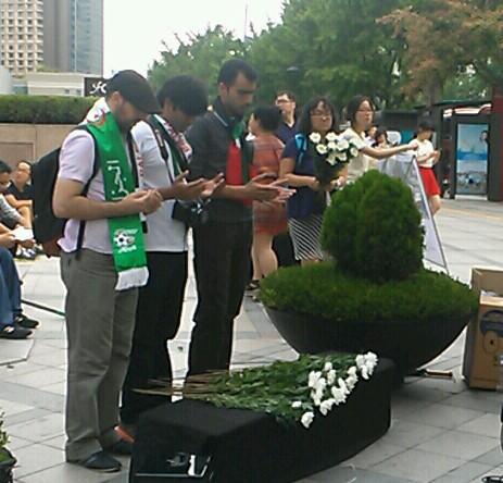 희생자들을 위한 기도 국내 거주 팔레스타인인들이 서울파이낸스센터 앞에서 이스라엘에 의해 희생된 팔레스타인인들을 위한 기도를 올리고 있다.
