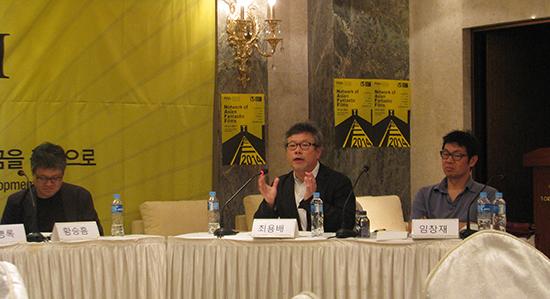 20일 부천에서 열린 '한국영화 정책 개선을 위한 포럼-영화발전기금을 중심으로'에 참여한 한국영화제작가협회 최용배 부회장이 영화산업 발전에 대해 실천없이 말만 앞세우는 정부의 태도를 비판하고 있다.