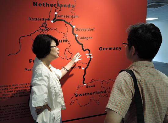 '라인란트'지역 지도를 가리키며 독일에서 이곳의 특징과 그 위상을 설명하는 김순주 씨