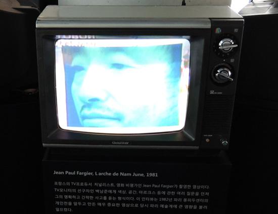 '남준의 사상적 기원(L'Arche de Nam June)' 장 폴 파르지에(J. P. Fargier)가 제작한 영상. 22분 1981