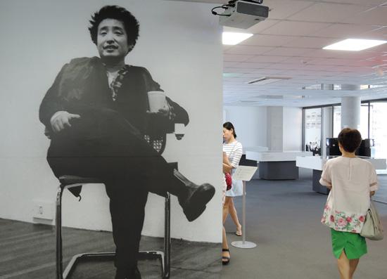 국립현대미술관(서울관) 3층 디지털정보실에서 붙은 백남준의 큰 사진으로 '호연지기'가 느껴진다. 그는 누가 사진을 찍으려고 하면 그에 걸맞은 자신의 모습을 연출해줘 사진 찍는 사람을 편하게 배려한다