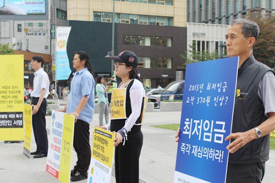 광화문 앞에서도 최저임금 재심의 1인시위는 계속되었다. 3주전부터 최저임금 재심의를 주장하며 1인 시위를 이어온 허영구 알바노조 지도위원