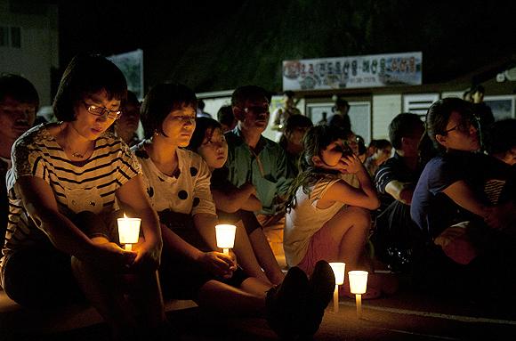 '기다림의 버스'를 타고 진도에 도착한 200여 명은 실종자 가족들을 만난 후 팽목항에서 다음날 새벽 1시까지 촛불문화제를 열었다. 일부 참가자들은 노래 <연가>를 따라 부르며 흐느껴 울기도 했다.