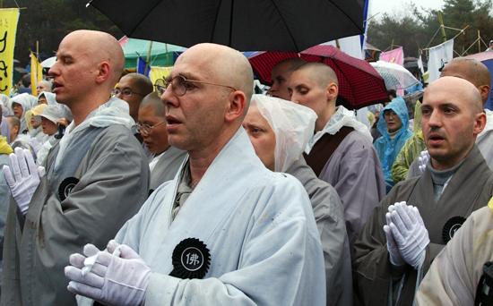숭산 스님 영결식장에서 '나무아미타불'을 염속하고 있는 서양인 스님들
