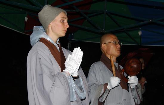 숭산 스님을 다비하고 있는 연화대 앞에서 합장을 하고 서서 '나무아미타불'을 염불하고 있는 서양인 스님