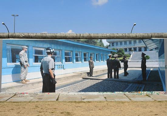 베를린 장벽에 설치된 한국의 군인들과 판문점 모습