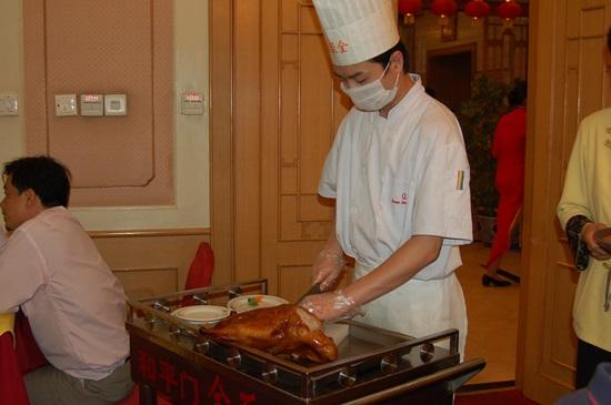 베이징 대표적인 음식점 취엔쥐더 오리 요리의 명가로 껍질부터 발라주면 전병 등에 싸 먹는다