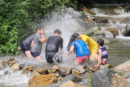 어린이들이 계곡에서 물놀이로 더위를 식히고 있다. 지난 24일 한재골 풍경이다.