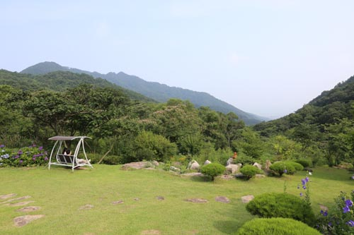 하늘마루정원의 잔디밭과 병풍산. 한재골 옛길에서 만나는 찻집 마당이다.